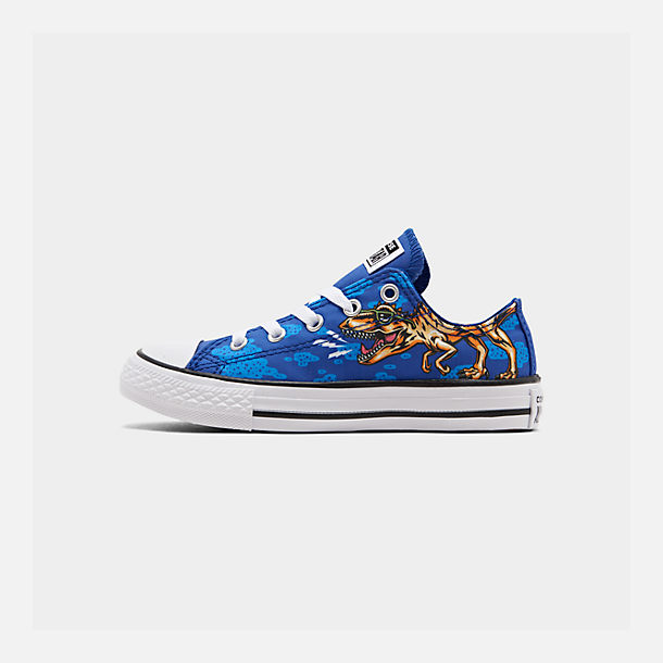 Right view of Boys' Little Kids' Converse Chuck Taylor Low Top Casual Shoes in Blue/Black/White