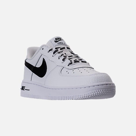 Three Quarter view of Boys' Preschool Nike NBA Force 1 Low LV8 Casual Shoes in White/Black