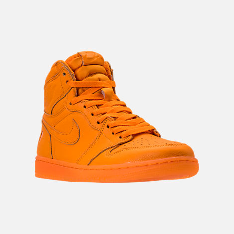 Three Quarter view of Men's Air Jordan Retro 1 High OG Basketball Shoes in Orange Peel/Orange Peel