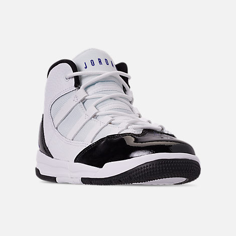 Three Quarter view of Boys' Little Kids' Jordan Max Aura Basketball Shoes in White/Dark Concord/Black
