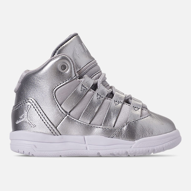 Right view of Girls' Toddler Jordan Max Aura SE Basketball Shoes in Silver/Vast Grey/White