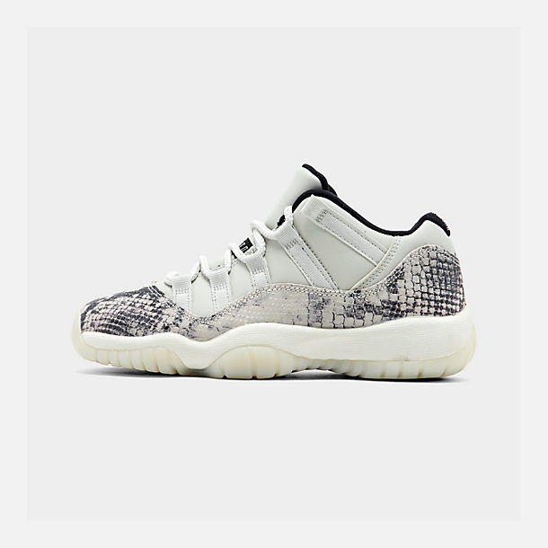 Right view of Big Kids' Air Jordan Retro 11 Low LE Basketball Shoes in Light Bone/Smoke Grey/Light Bone