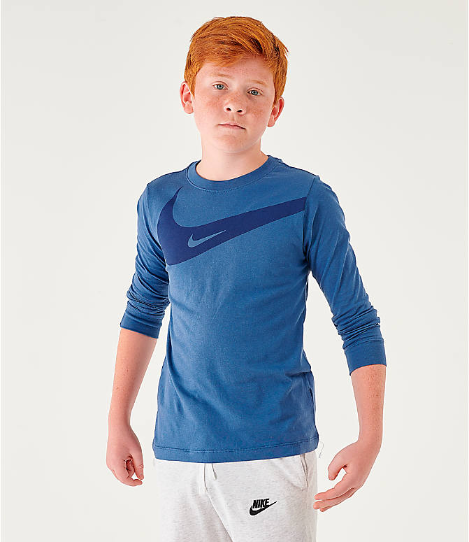 Front view of Boys' Nike Sportswear Swoosh Long-Sleeve T-Shirt in Mystic Navy